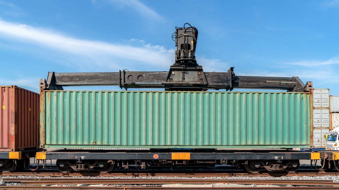 container lastas på tåg