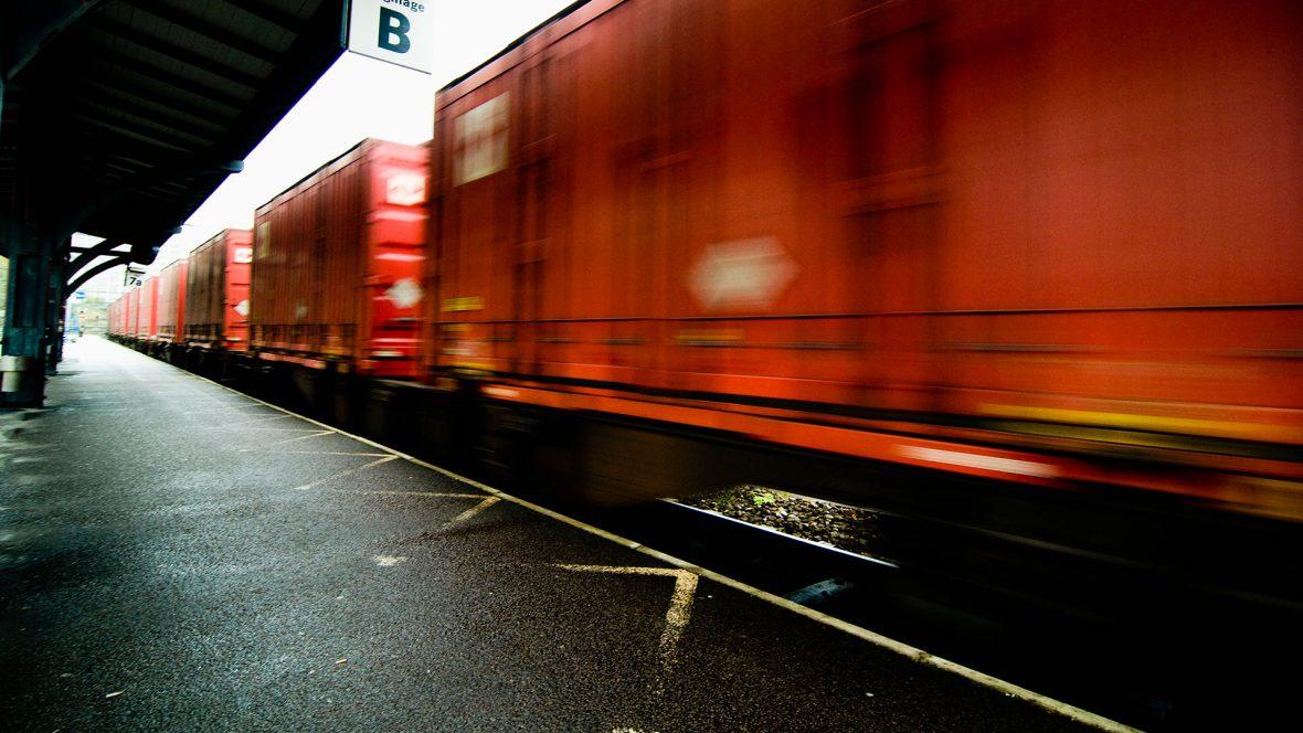 godståg passerar perrong
